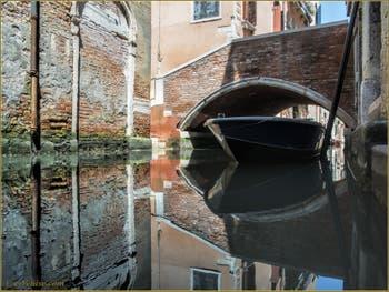 Miroir parfait sur le rio et sous le pont de la Panada, dans le Sestier du Cannaregio à Venise.
