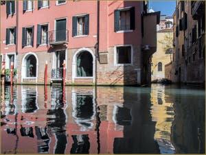 Les reflets des rii dei Bareteri et dei Ferali, dans le Sestier de Saint-Marc à Venise.