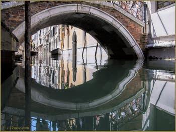 Reflets sur le rio del Santissimo, sous le pont San Maurizio, dans le Sestier de Saint-Marc à Venise.