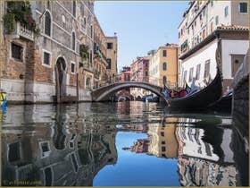 Les Reflets du rio del Mondo Novo, dans le Sestier du Castello à Venise.