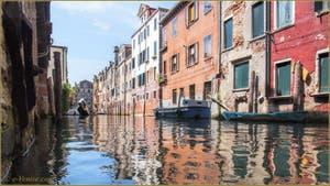 Gondole sur le rio de l'Acqua Dolce, dans le Sestier du Cannaregio à Venise.