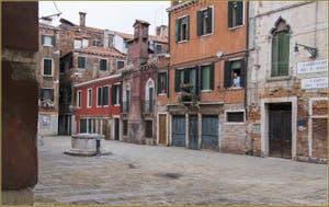 Le Campo dei Do Pozzi et son puits du XVe siècle, dans le Sestier du Castello à Venise.