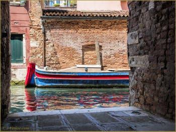 Les Reflets du rio de l'Acqua Dolce, dans le Sestier du Cannaregio à Venise.