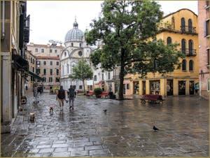 Le Campo Santa Maria Nova et l'église dei Miracoli après la pluie, dans le Sestier du Cannaregio à Venise.