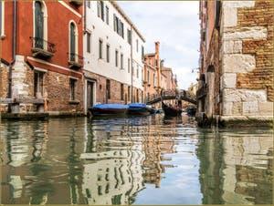 Gondole vue depuis le rio de San Felice, sur le rio Priuli, dans le Sestier du Cannaregio à Venise.