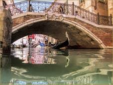Gondole sur le rio de San Zulian, sous le pont Balbi