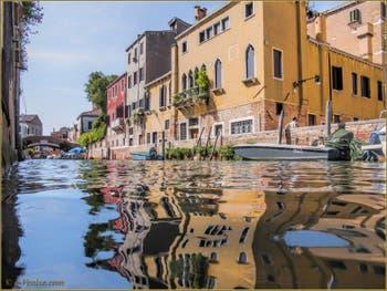 Les Reflets du rio Santa Caterina, dans le Sestier du Cannaregio à Venise.