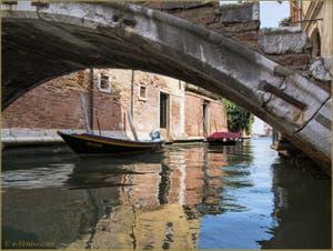 Sous le pont Chiodo sur le rio de San Felice, dans le Sestier du Cannaregio à Venise.