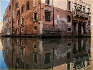 Les reflets du Palazzo Celsi-Donà à l'angle du rio de le Gorne et de celui de Santa Ternita, dans le Sestier du Castello à Venise.
