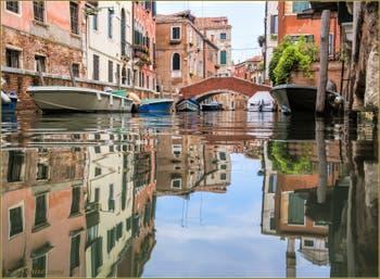 Les reflets du rio de Sant' Andrea avec le pont du même nom au fond, dans le Sestier du Cannaregio à Venise.