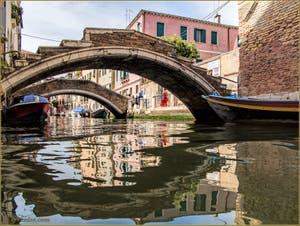 Les reflets sous les ponts Chiodo et de la Racheta, dans le Sestier du Cannaregio à Venise.