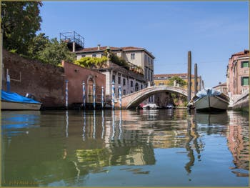 Les reflets du rio dei Ognissanti et le pont Trevisan, dans le Sestier du Dorsoduro à Venise.