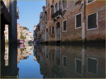 Les reflets du rio de San Francesco de la Vigna, dans le Sestier du Castello à Venise.