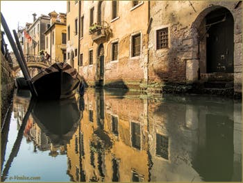 Les reflets du rio de San San Giovanni Laterano, devant le pont de l'Ospealeto, dans le Sestier du Castello à Venise.