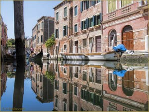 Les reflets du rio delle Eremite, le long de la Fondamenta de le Romite, dans le Sestier du Dorsoduro à Venise.