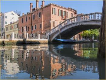 Gondole sur le rio et sous le pont de San Lorenzo, dans le Sestier du Castello à Venise.