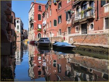 Les reflets du rio de Sant'Andrea già Gozzi o dei Sartori, le long de la Fondamenta dei Sartori, dans le Sestier du Cannaregio à Venise.