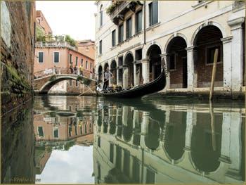 Gondole sur le rio dei Santi Apostoli, devant le pont San Canzian, dans le Sestier du Cannaregio à Venise.