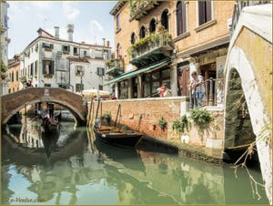 Gondole sur le rio dei Miracoli, sous le pont de Santa Maria Nova, dans le Sestier du Cannaregio à Venise.