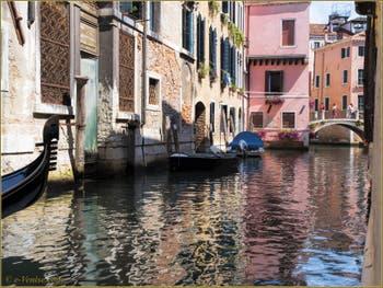 Gondole dans les reflets du rio dei Santi Apostoli, devant le pont San Canzian, dans le Sestier du Cannaregio à Venise.