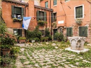 La petite Corte Rota et son puits du XIV-XVe siècle, dans le Sestier du Castello à Venise.