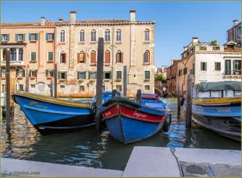 Le canal de la Misericordia, au fond, le pont Molin o de la Racheta, dans le Sestier du Cannaregio à Venise.