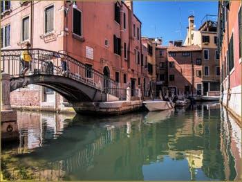 Le pont Penini, là où se rejoignent le rio de le Gorne et le Riello dell'Arsenale, dans le Sestier du Castello à Venise.