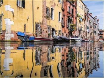 Les reflets colorés du rio de l'Acqua Dolce