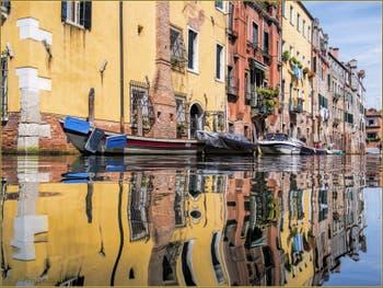 Les reflets colorés du rio de l'Acqua Dolce, dans le Sestier du Cannaregio à Venise.
