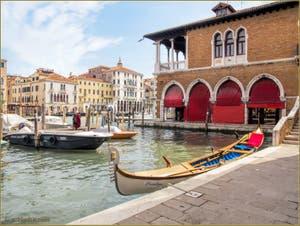 Pénélope, Gondole Sportive à 4 rameurs, sur le Grand Canal de Venise, face à la Pescheria, le marché aux poissons.