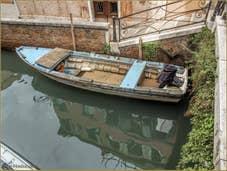 Vieille barque vénitienne sur le rio de Sant'Aponal