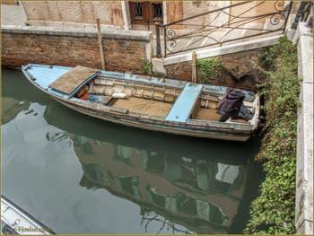 Vieille barque vénitienne sur le rio de Sant'Aponal et sous le pont Storto, dans le Sestier de San Polo à Venise.