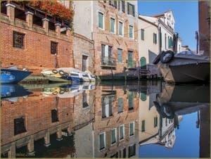 Reflets sur le rio de San Francesco de la Vigna, dans le Sestier du Castello à Venise.