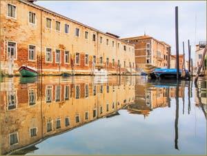 Reflets sur le rio de Sant'Alvise le long du couvent des Canossiane, dans le Sestier du Cannaregio à Venise.