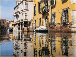 Reflets sur le rio rio Priuli o de Santa Sofia, dans le Sestier du Cannaregio à Venise.