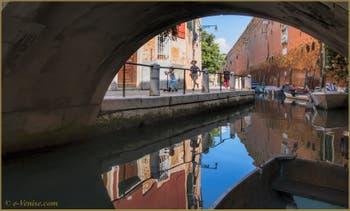 Joie de vivre des petits Vénitiens sur la Fondamenta dei Penini, le long du rio de le Gorne, dans le Sestier du Castello à Venise.