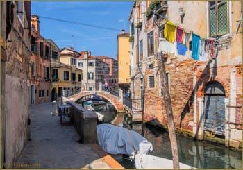 Le pont, la Fondamenta et le rio del Riello o di San Daniele, dans le Sestier du Castello à Venise.