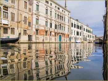 Les reflets du rio de la Madona de l'Orto, le long de la Fondamenta Gasparo Contarini, dans le Sestier du Cannaregio à Venise.