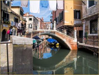 Le pont et le rio del Riello et ses reflets, dans le Sestier du Castello à Venise.