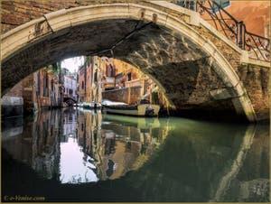 Le pont Storto et le rio de Sant'Aponal, dans le Sestier de San Polo à Venise.