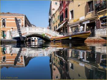 Le rio et le pont dei Frari, dans le Sestier de San Polo à Venise.