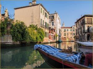 Les reflets du rio del Malcanton, frontière entre les Sestieri de Santa Croce et du Dorsoduro à Venise.