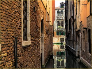 Les reflets du Riello di Sant'Antonio, dans le Sestier de San Polo à Venise.