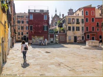 Le Campo San Stin et son puits du XVIe siècle, dans le Sestier de San Polo à Venise