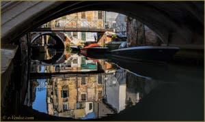 Les beaux reflets du rio de San Cassan, sous le pont Giovanni Andrea della Croce à Venise