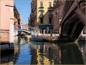 Les beaux reflets du rio de l'Arco San Martin, sous le pont dei Penini et le pont Storto, dans le Sestier du Castello à Venise