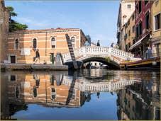 Le pont dei Frari et les reflets de son rio