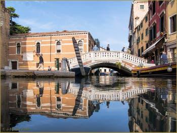 Le pont dei Frari et les reflets de son rio, dans le Sestier de San Polo à Venise