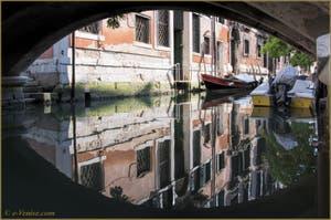 Les reflets du rio de San Cassan, sous le pont Giovanni Andrea della Croce, dans le Sestier de Santa Croce à Venise