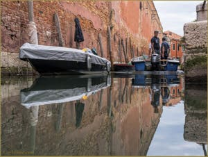Les reflets du rio de le Gorne, dans le Sestier du Castello à Venise